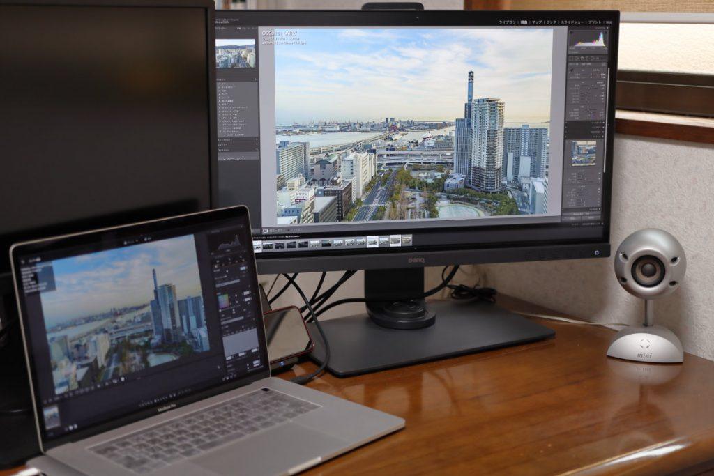 BenQ SW271とMacBook Prowを並べて作業する