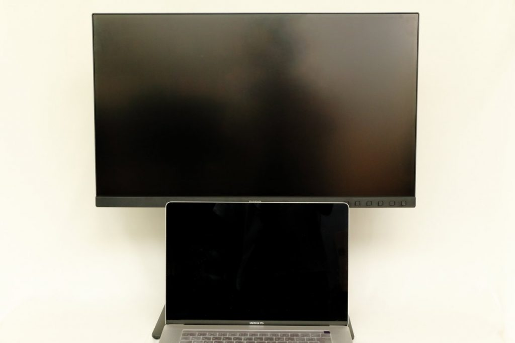 27インチのBenQディスプレイと15インチMacBook Proのサイズ比較
