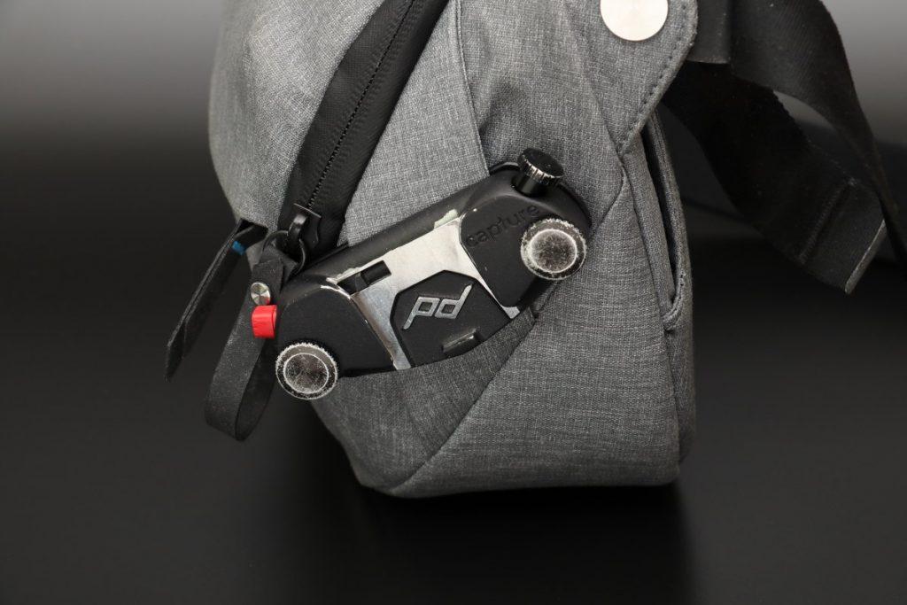 ピークデザインのカメラバッグ エブリデイスリング5Lにキャプチャーを取り付け