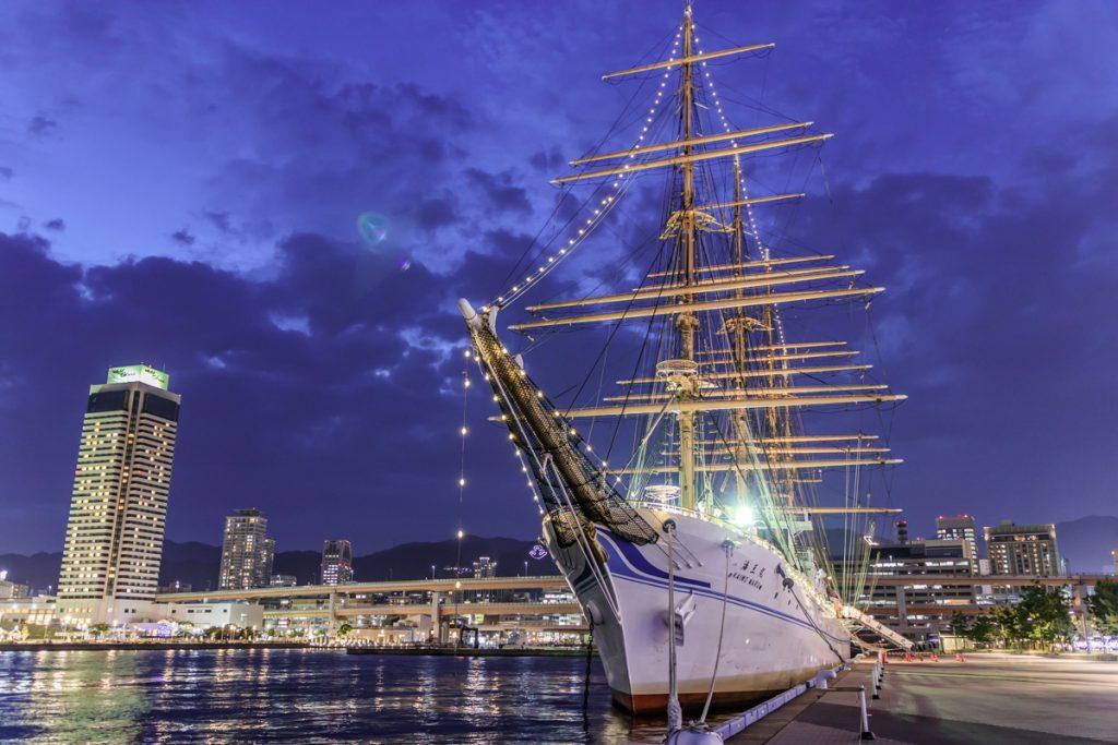 神戸に入港した練習帆船「海王丸」ライトアップされた夜景2018年7月11日
