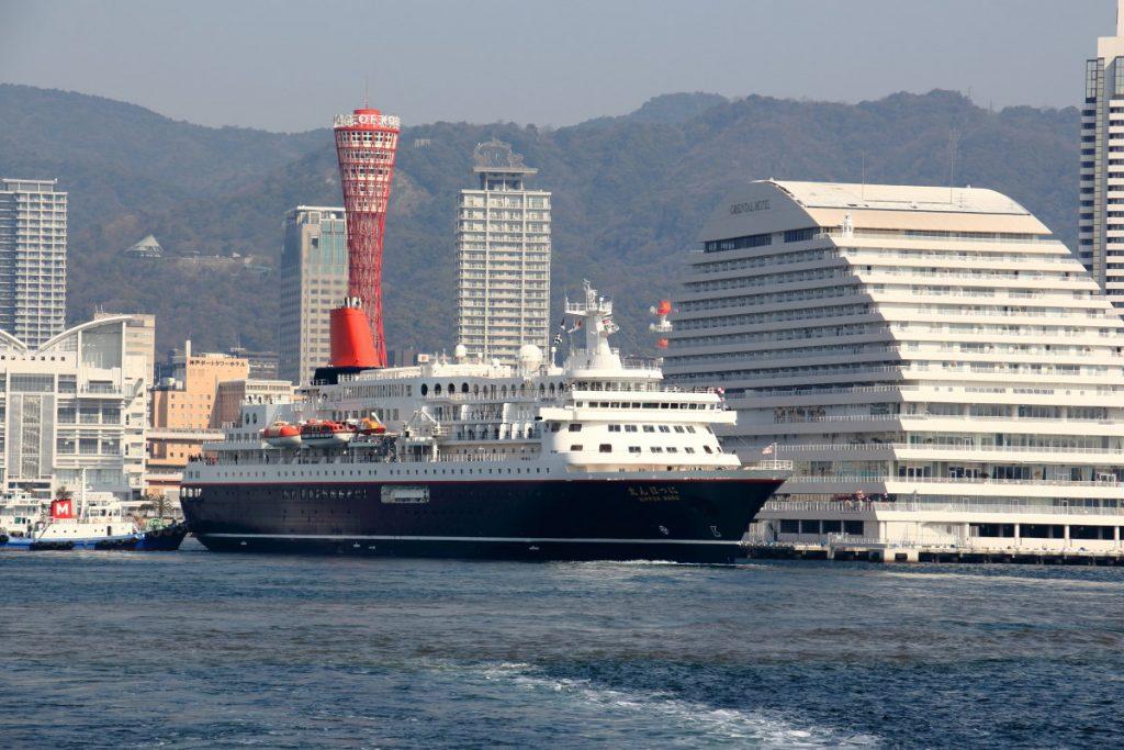 遊覧船から見た神戸港の景色
