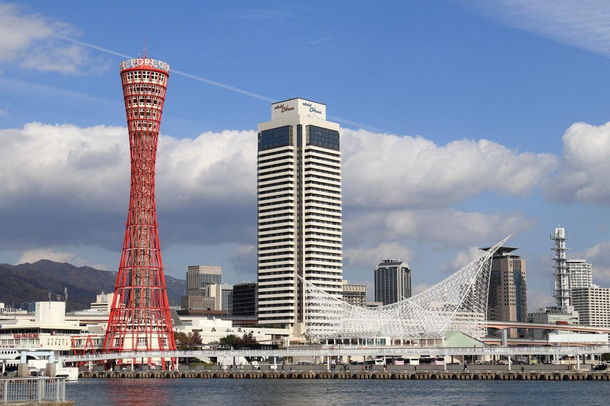 ポートタワーの見える神戸港の景色