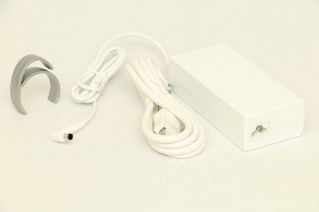 LGの4Kディスプレイ27UK850-Wに付属する白い電源コード