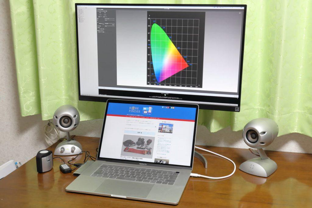 自宅のデスク パソコンとモニター