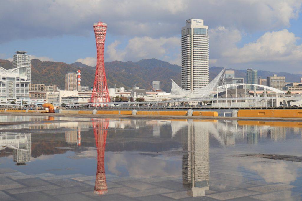 水たまりに映り込んだ神戸ハーバーランドからの景色