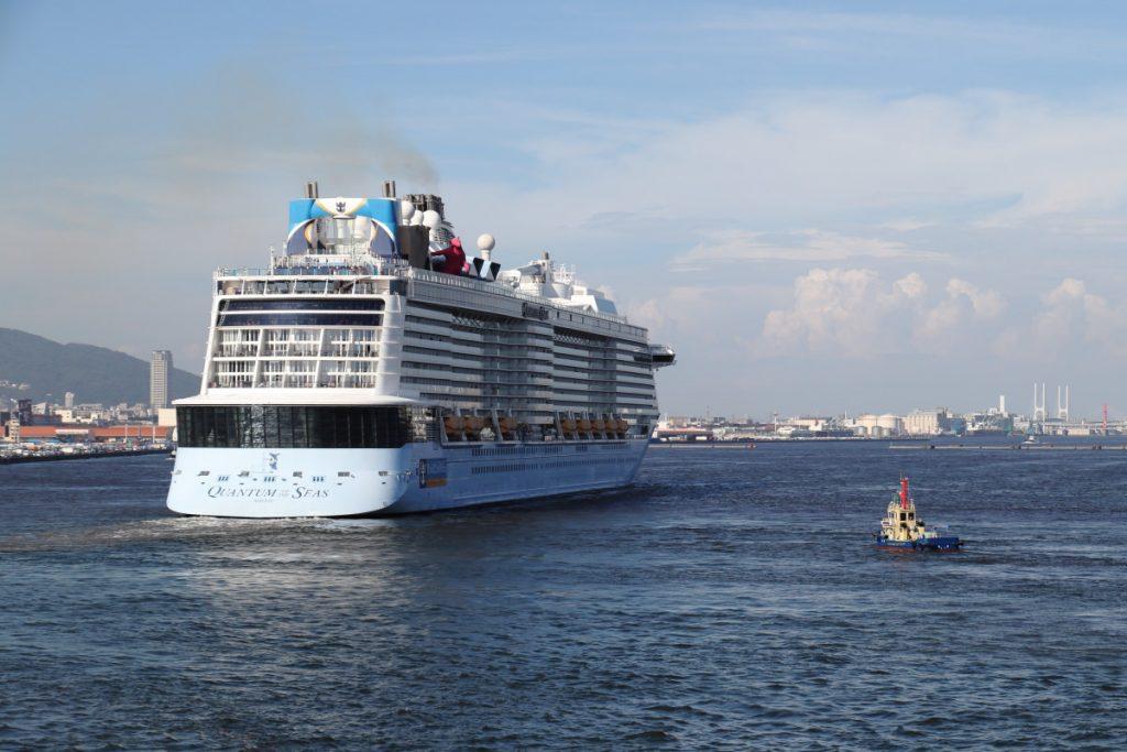 神戸ポートターミナルから出港する客船クァンタムオブザシーズ