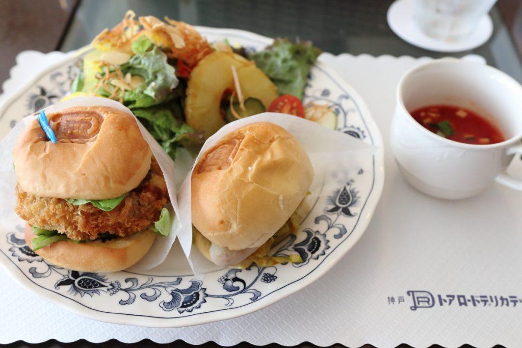 ランチのバーガーサラダ 神戸トアロードデリカテッセンの2階カフェ サンドイッチルームにて