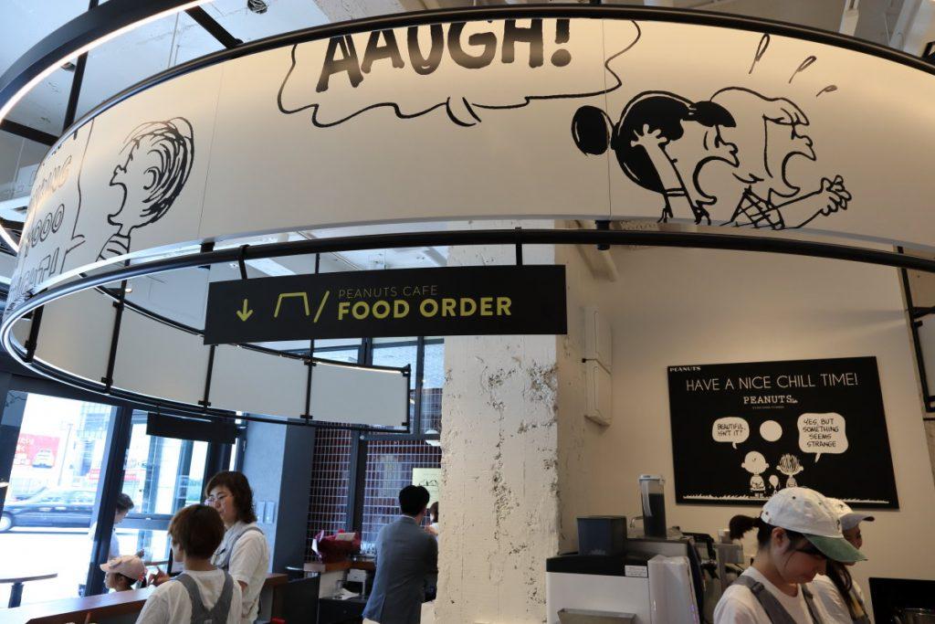 PEANUTS Cafe KOBE 内観 スヌーピーのキャラクターがデザイン