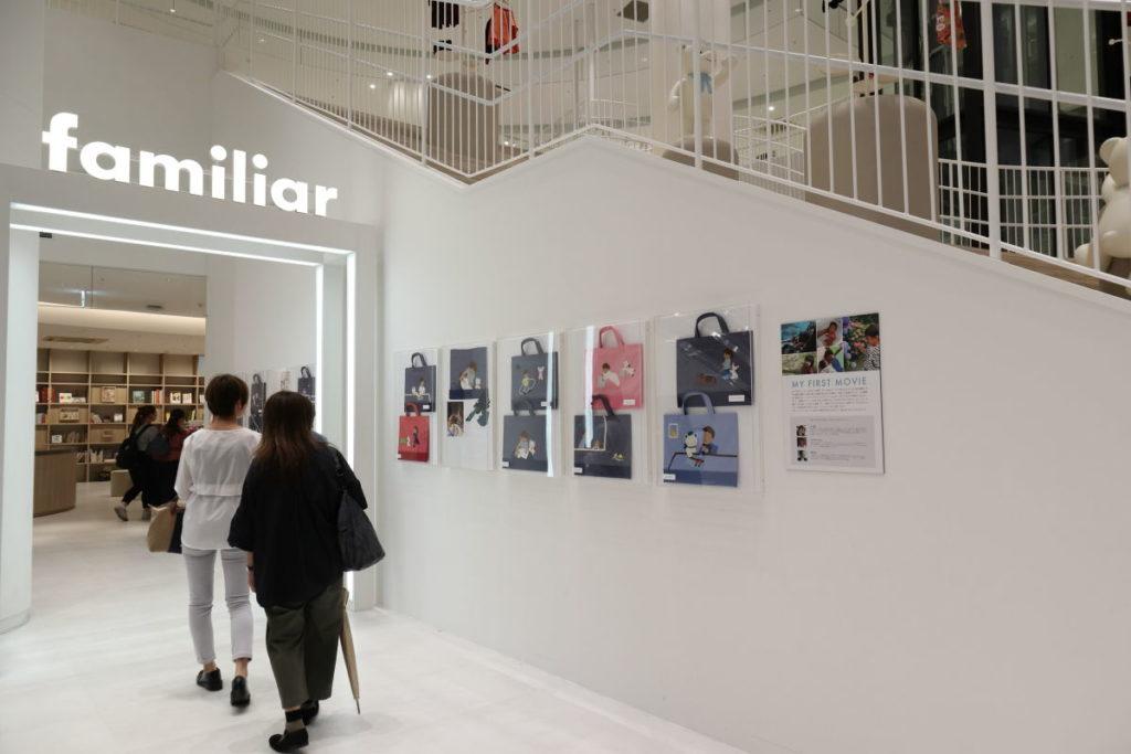 ファミリア神戸本店 一階のデニムバッグ展示