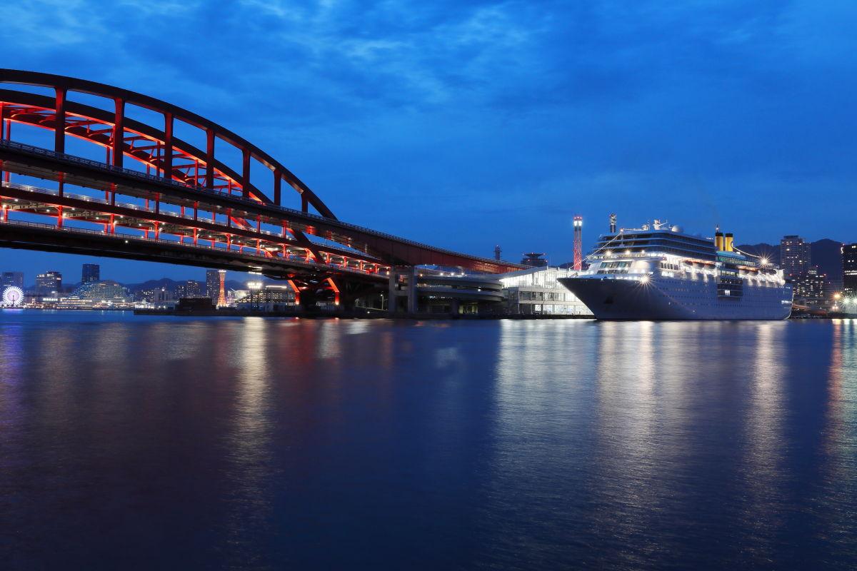 客船コスタネオロマンチカと神戸の夜景