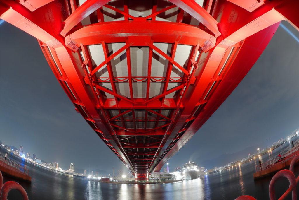 神戸大橋と港町の夜景 魚眼レンズでゆがんだ地平線