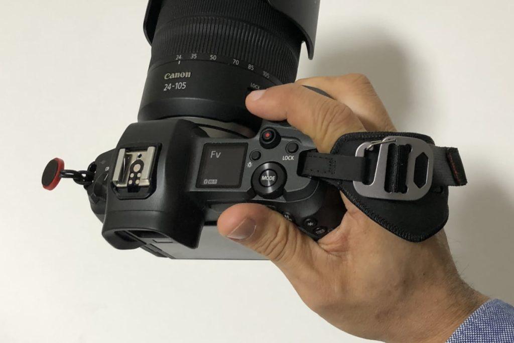EOS Rとピークデザインのハンドストラップ クラッチ 使用イメージ写真