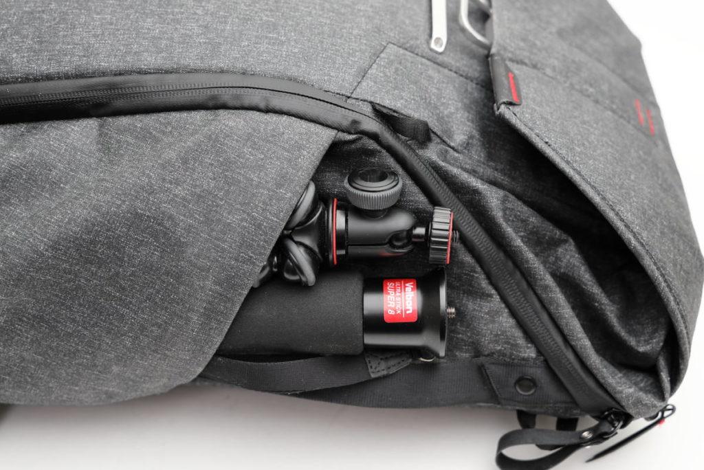 ゴリラポッドと一脚なら余裕でサイドポケットに収納可能 ピークデザイン エブリデイバックパック