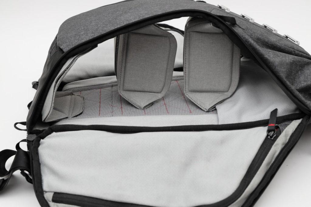 ピークデザインのエブリデイバックパック 仕切りを横に3枚 折りたたんで縦向きにスペースをつくる