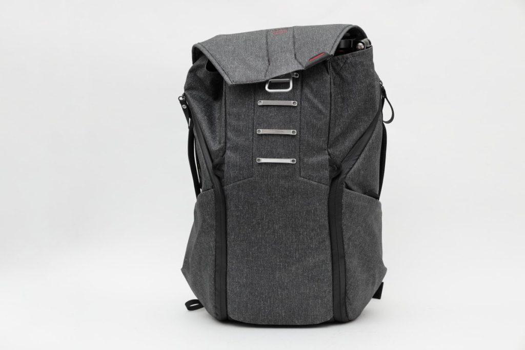 三脚TM2834をエブリデイバックパックに収納 ポケットのバランスが悪い