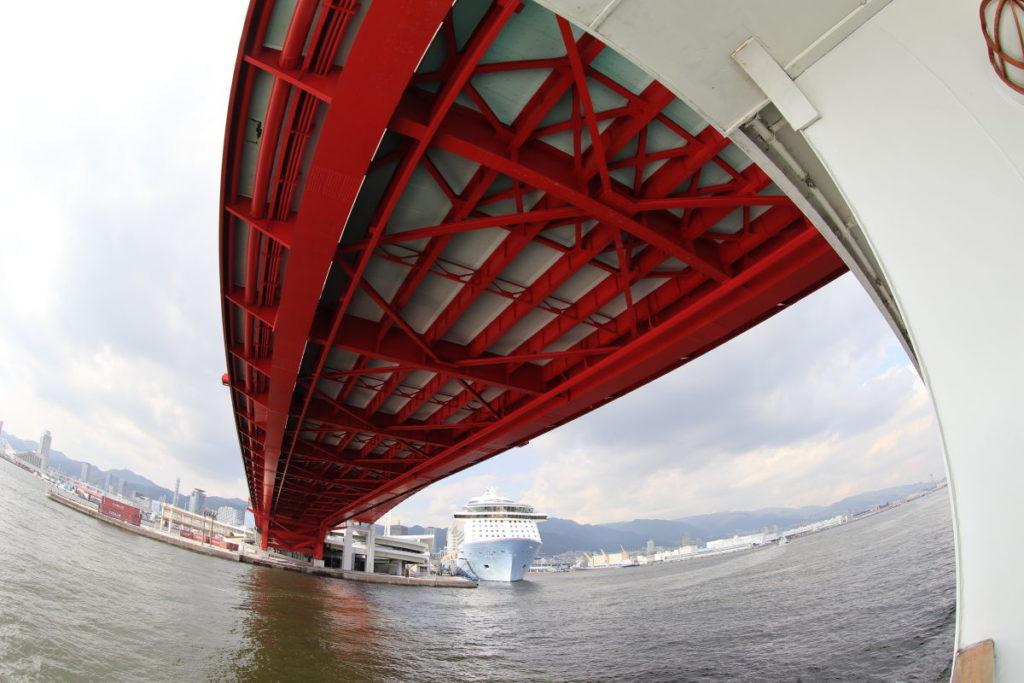 神戸大橋と巨大客船 クァンタムオブザシーズ
