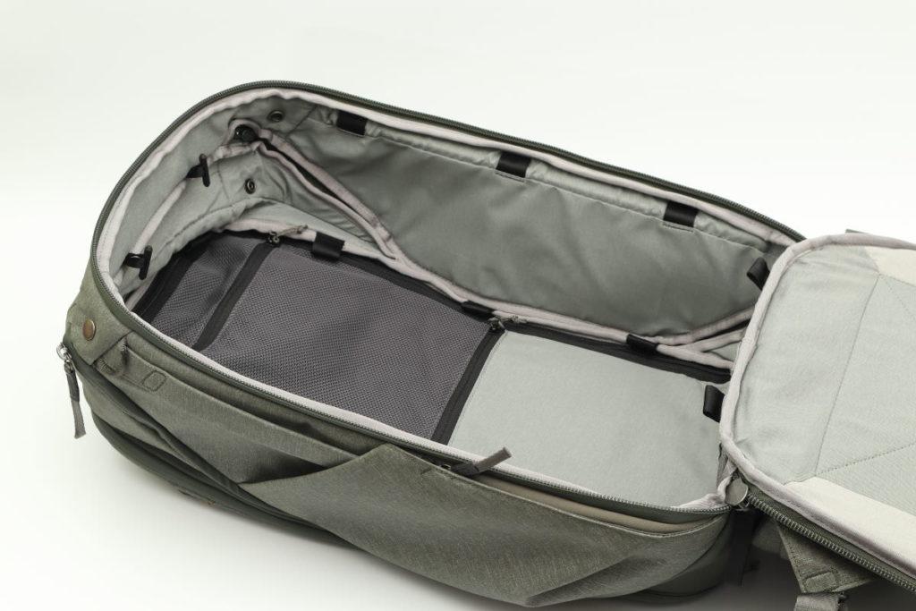 背面からのメイン収納 ピークデザインのトラベルバックパック45L