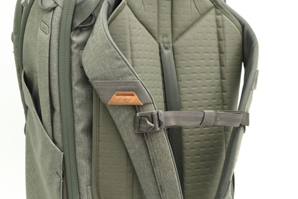 ピークデザインのトラベルバックパック45L セージ 胸ベルト