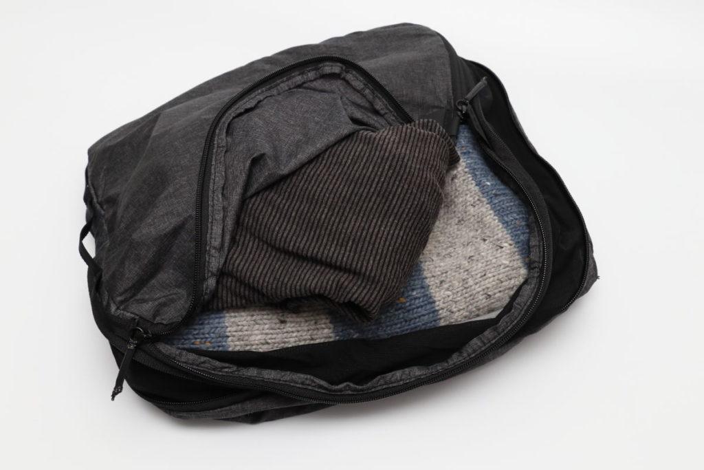 ピークデザインのパッキングキューブに衣類を入れた様子