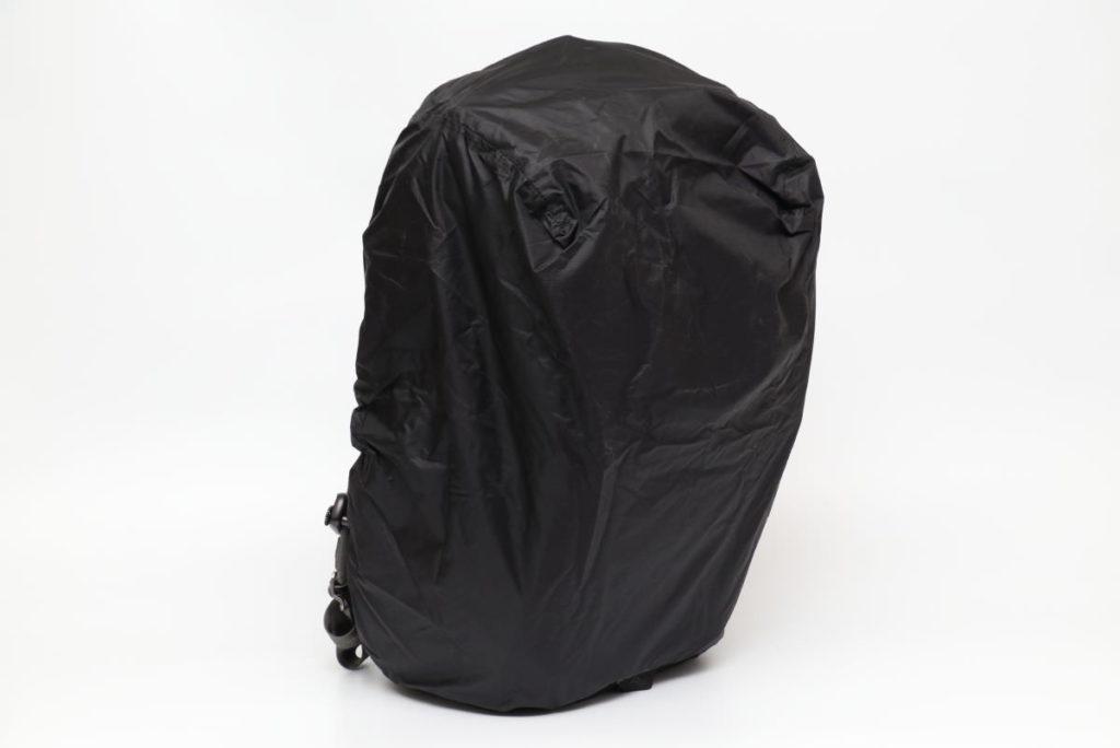トラベルバックパック45L用レインカバー「レインフライ」装着イメージ