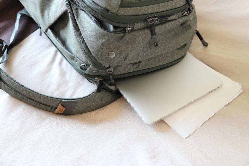 トラベルバックパック45L背面スリーブには15インチノートパソコンとA4のクリアファイルを収納