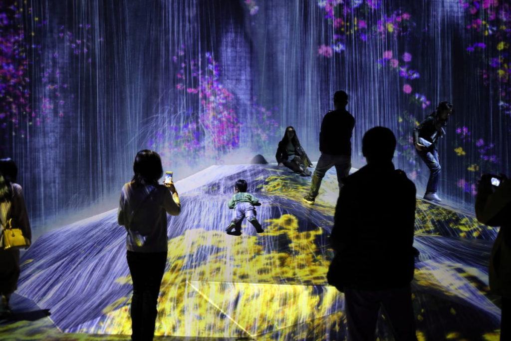 チームラボ ボーダーレスの展示デジタルアート作品 「人々のための岩に憑依する滝、小さきは大きなうねりとなる」