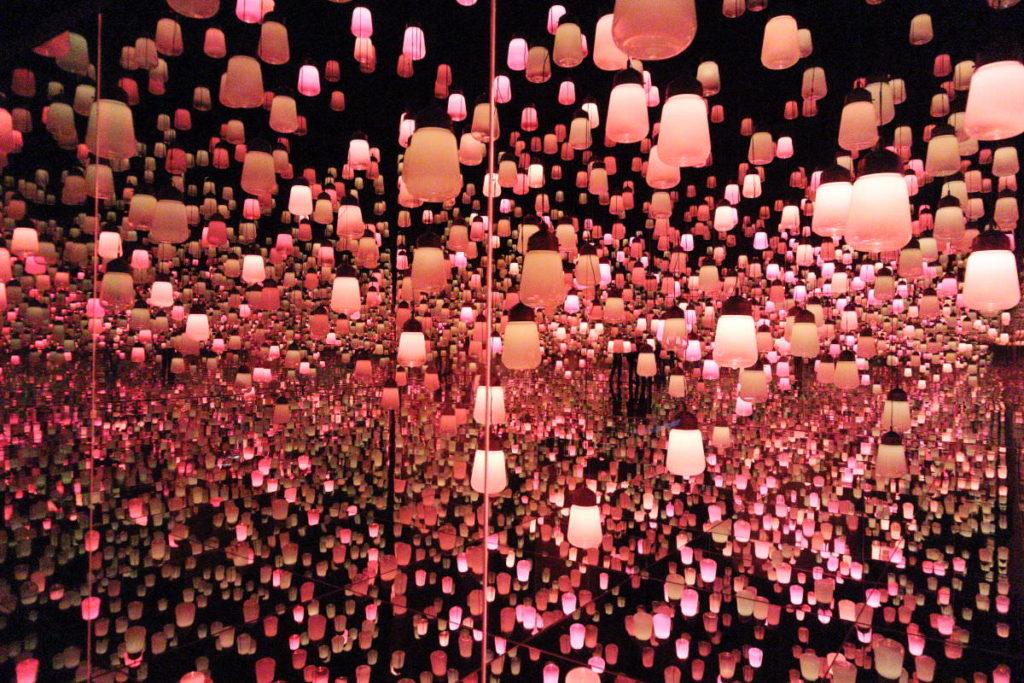 チームラボ ボーダーレスの展示デジタルアート作品「ランプの森」