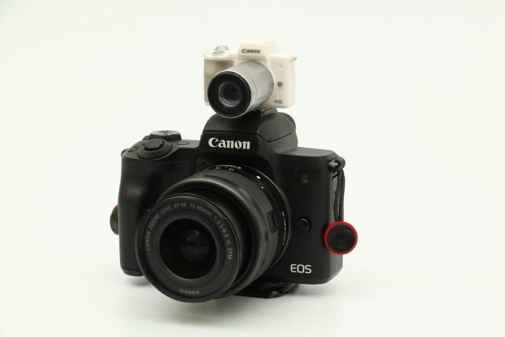 EOS Kiss Mのうえにミニチュアカメラを載せた
