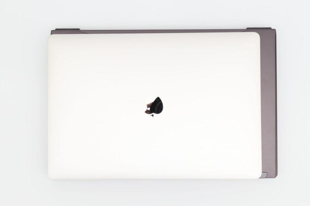 iiyama SENSE-15QX094-i7-RNRVI-DevelopRAWとMacBook Pro15インチのサイズ比較