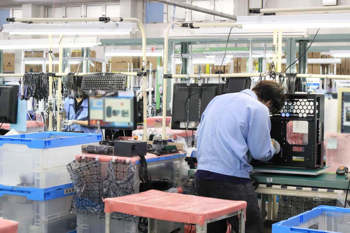マウスコンピューター 工場見学 パソコンを組み立てている様子