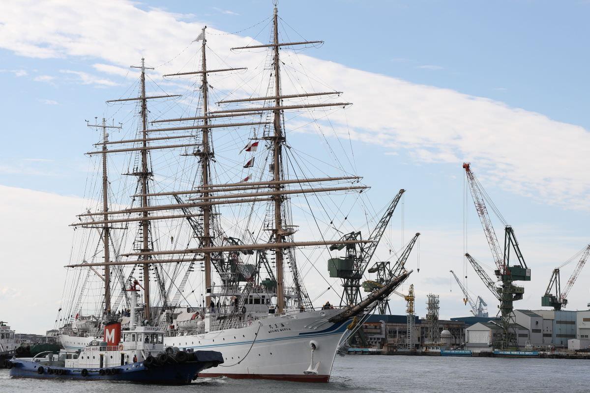 練習帆船 海王丸 神戸港に入港