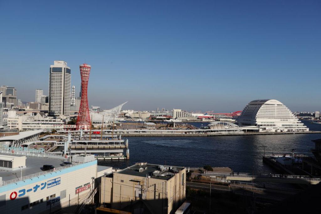神戸港のポートタワーが見える景色