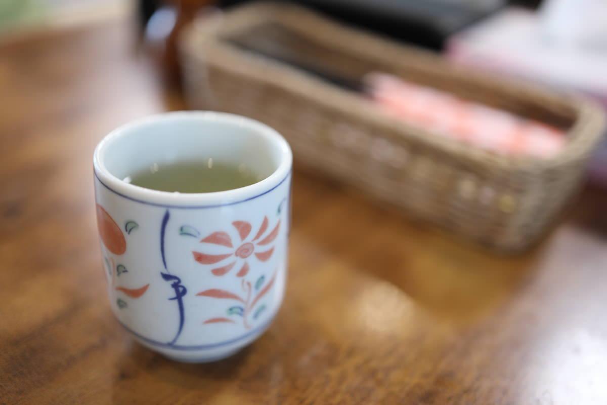 甲南そばにて湯飲みで飲む緑茶