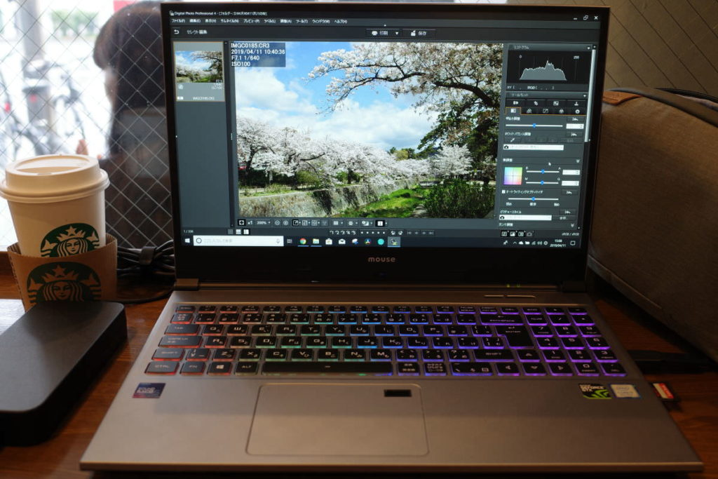 DAIV-NG5510をスターバックスカフェで机に置いて作業