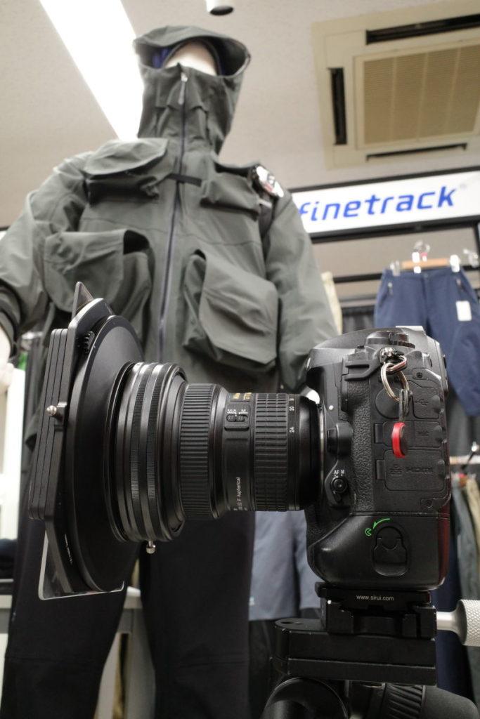角形フィルターをつけたニコンの一眼レフカメラ