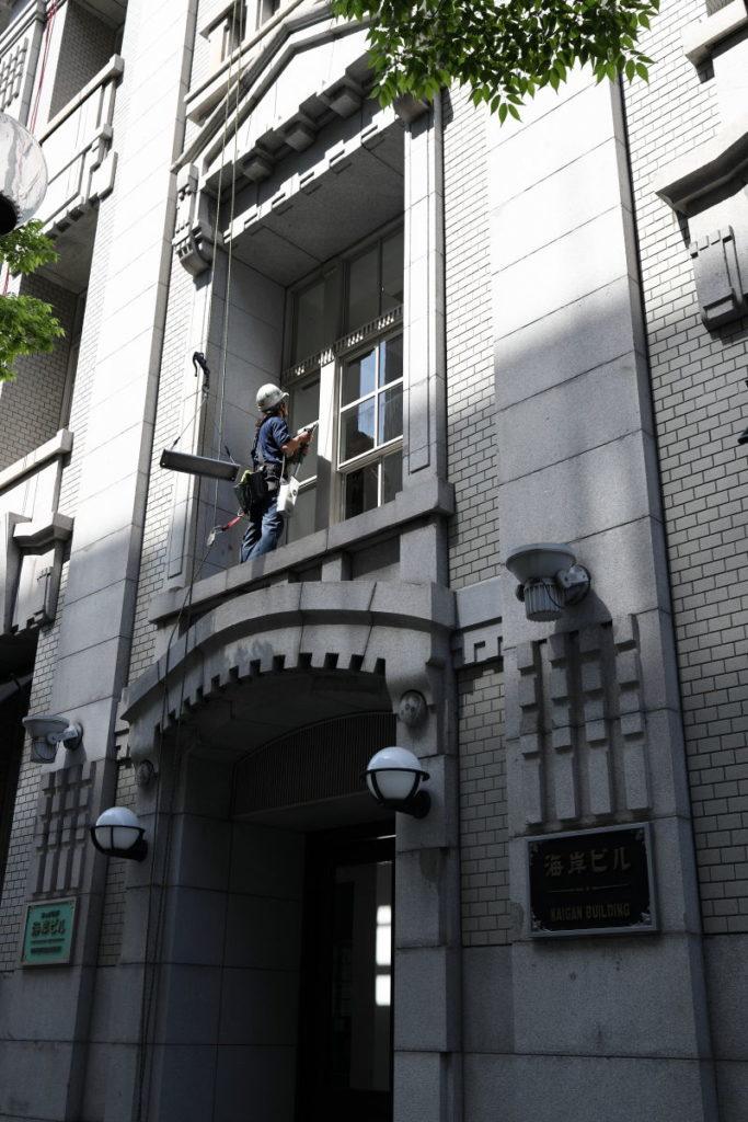 神戸のストリートスナップ 窓掃除をする人