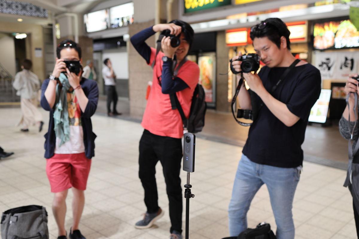 集合写真撮影風景。みんなでTHETAを囲う。