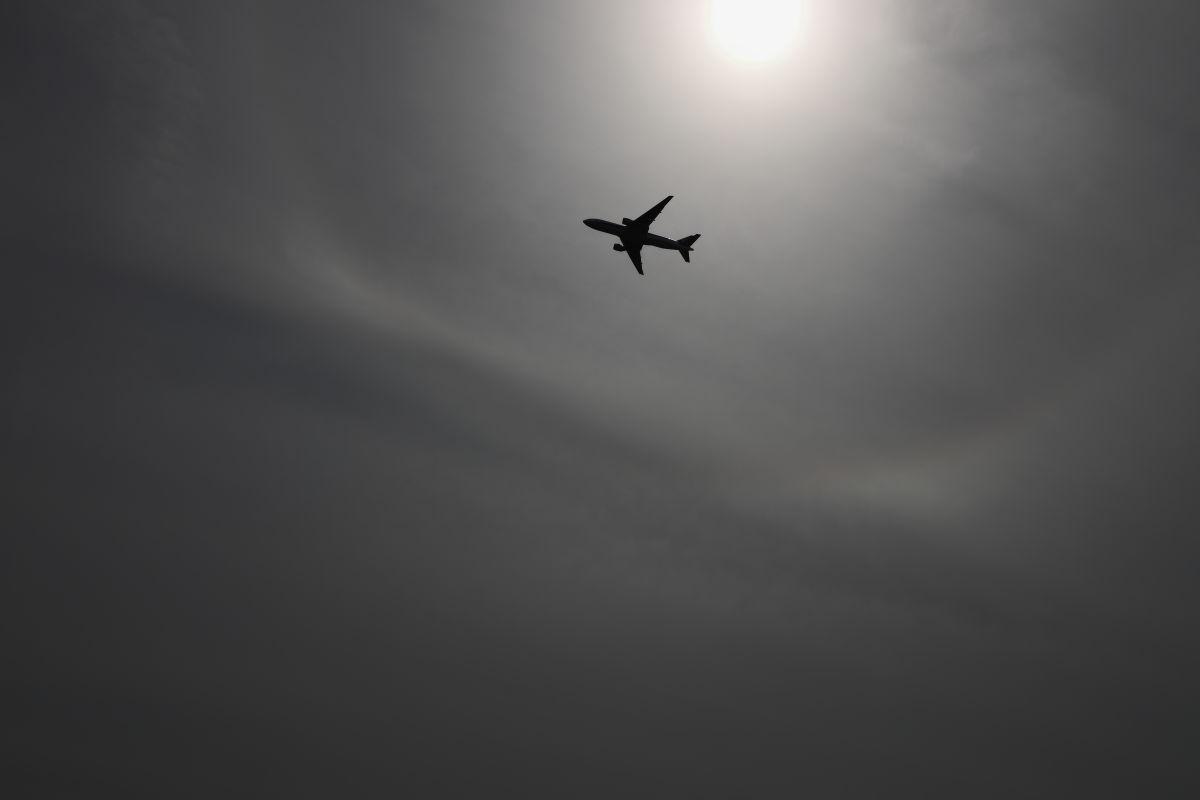 博多の空を飛ぶ飛行機