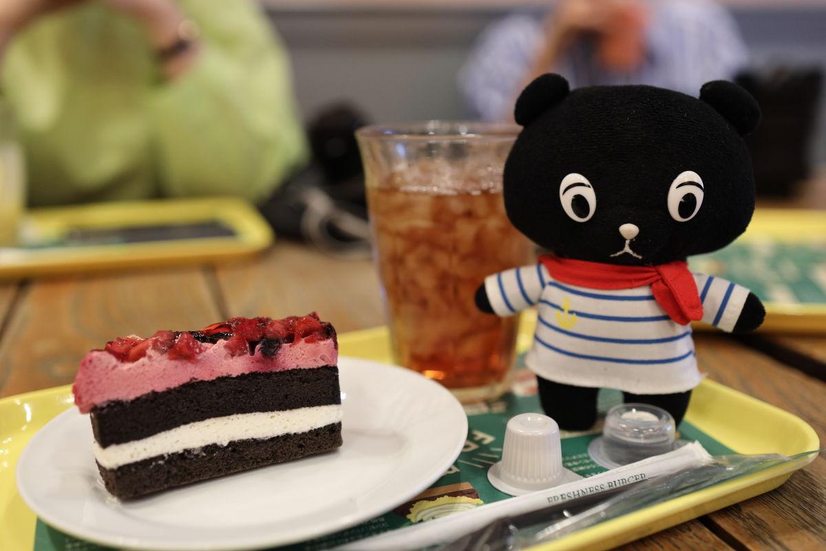 フレッシュネスバーガーにていちごとブルーベリーのケーキ コーベアー