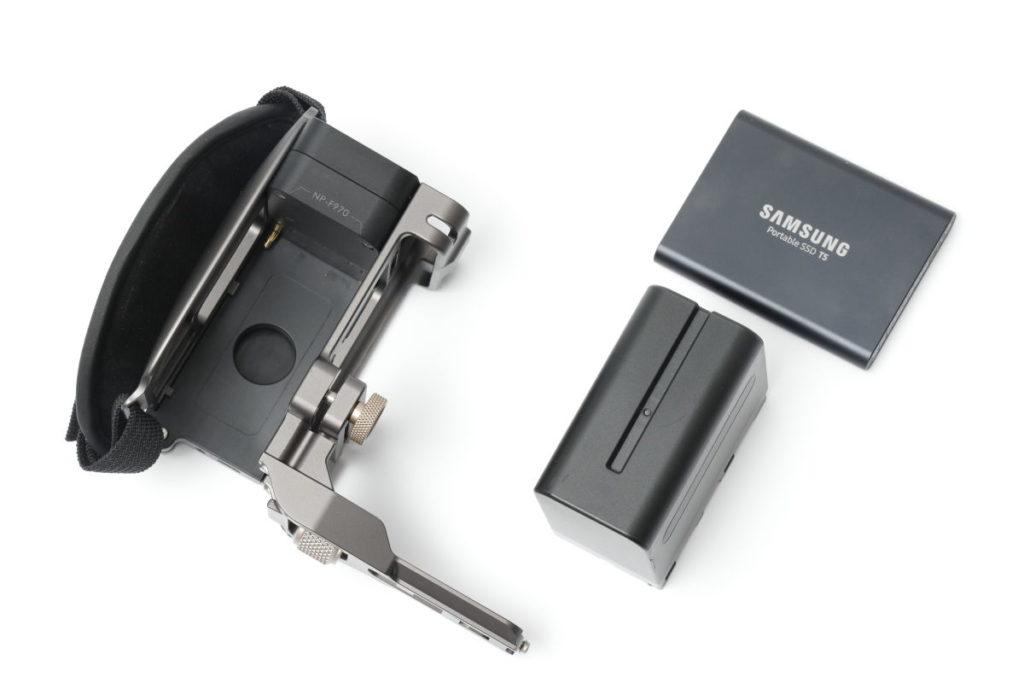 TILTA サイドフォーカスハンドル SSD T5とソニーF970バッテリーを収納可能