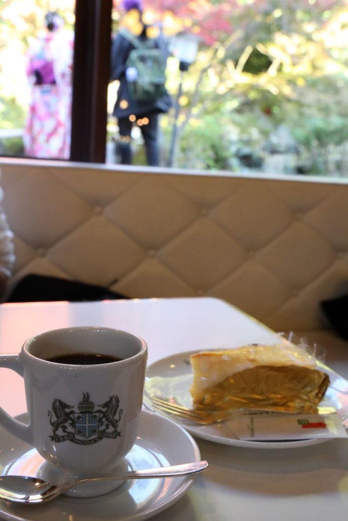 イノダコーヒー清水支店 窓から紅葉が見える