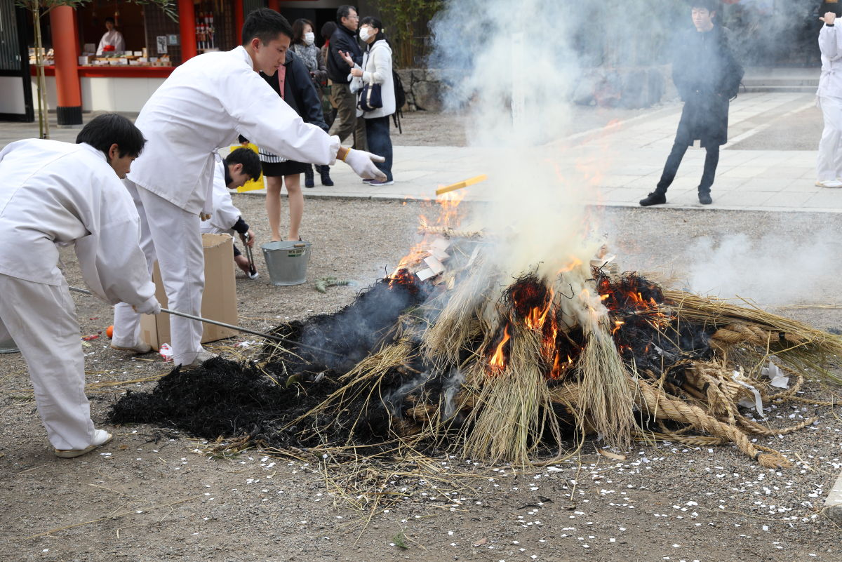 生田神社のどんど焼き 注連縄焼却神事