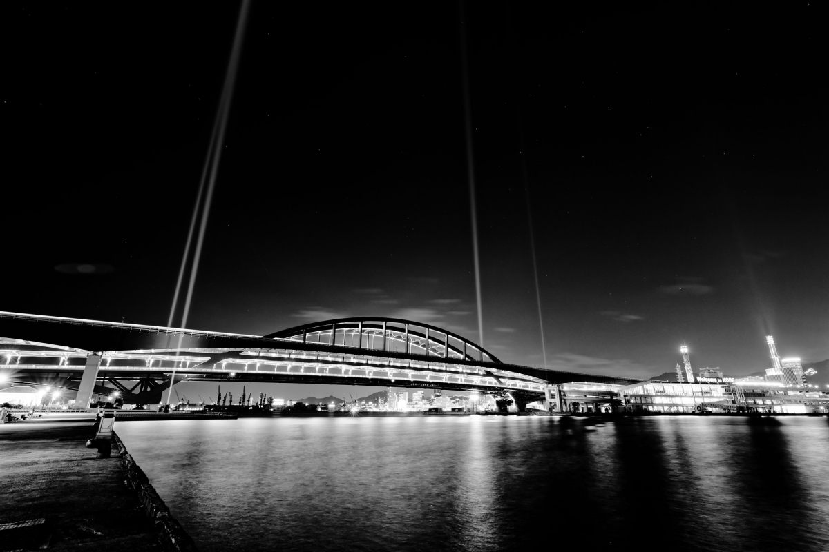 神戸大橋の夜景 モノクロ 広角レンズ RF15-35mm F2.8 L IS USMの作例写真
