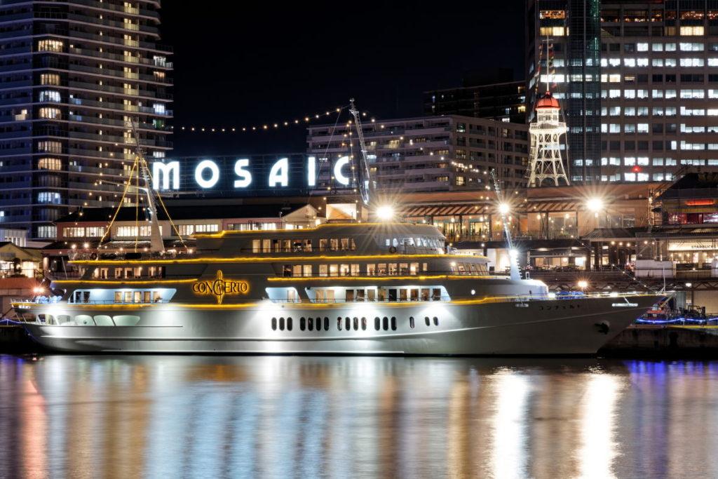 トラベル三脚で撮影した神戸の港に泊まる船の夜景