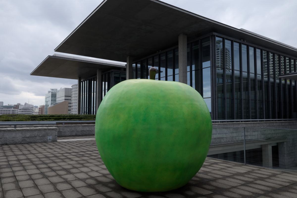兵庫県立美術館 風のデッキの「青春」 青りんご