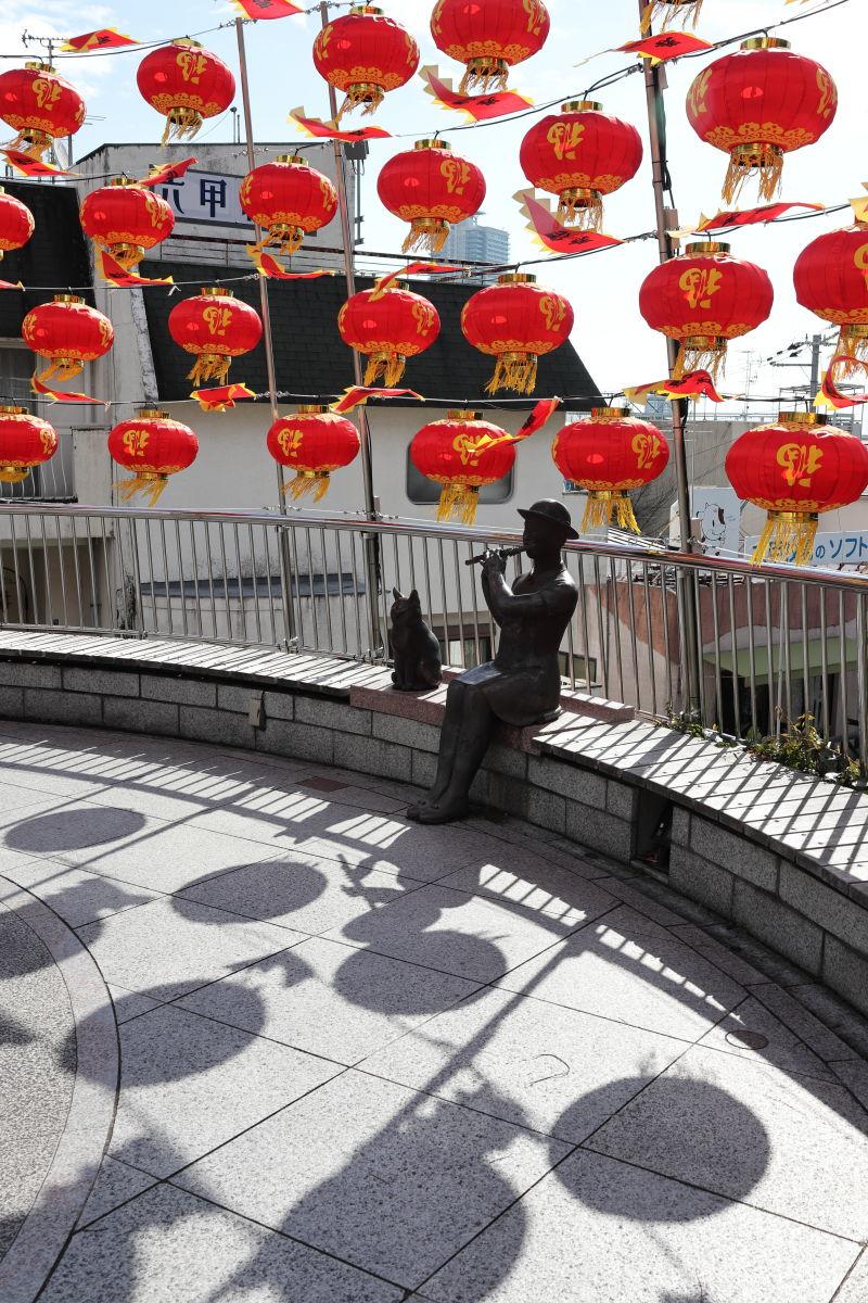 神戸北野の広場 像と南京町のランタン