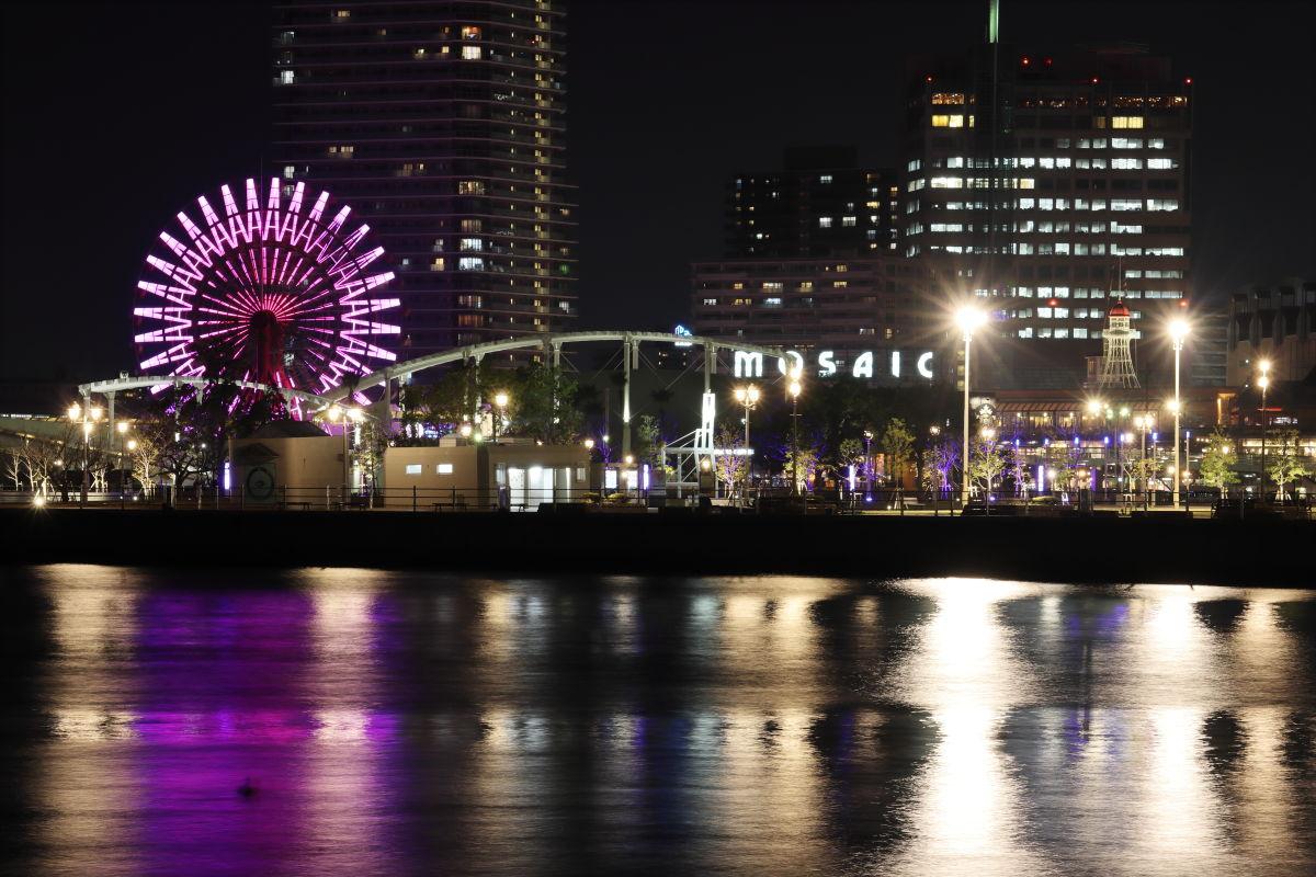 紫色にライトアップされる神戸の夜景