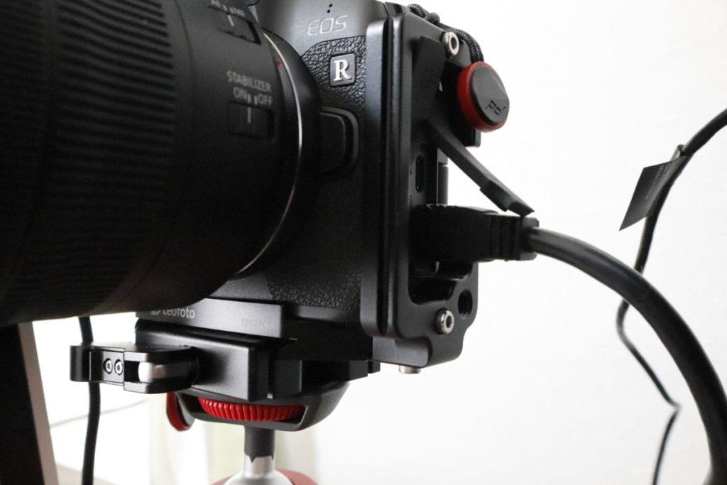 映像出力のHDMIケーブルをカメラに接続