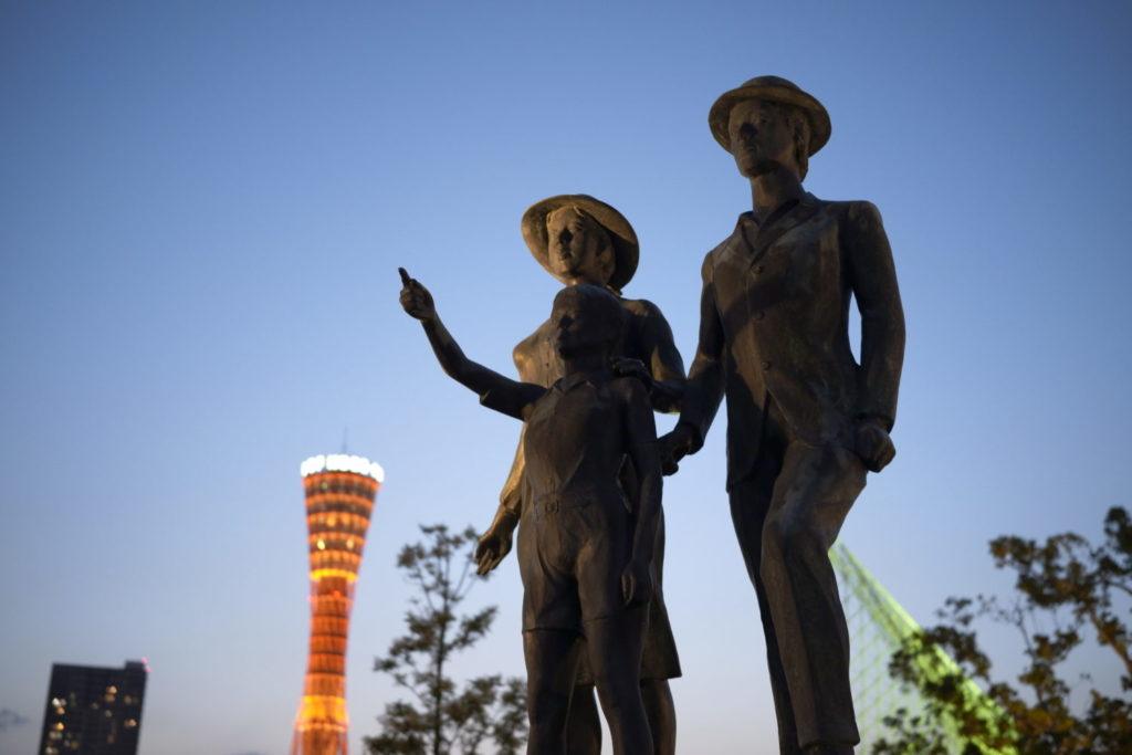 神戸メリケンパーク 親子の像とポートタワー SIGMA fp作例写真