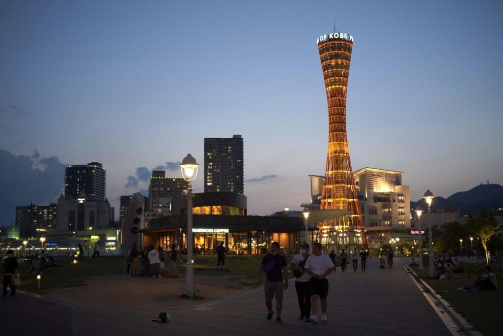 神戸メリケンパークのスタバとポートタワー SIGMA fp作例写真